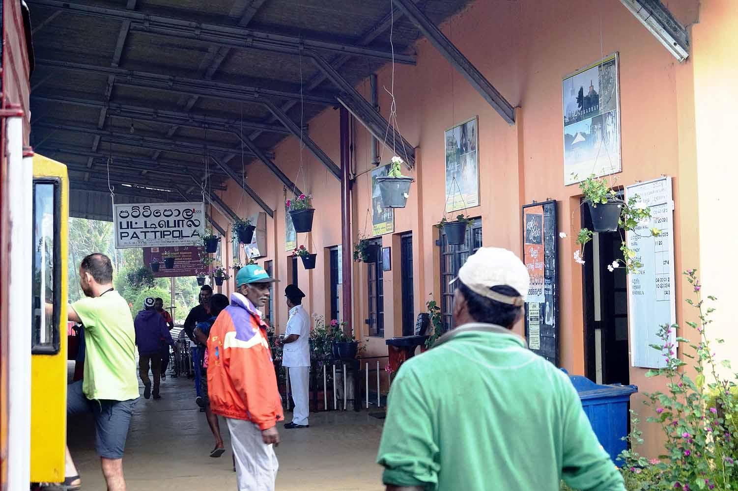 Mit dem Zug ins Hochland von Sri Lanka - Bahnhöfe auf dem Weg nach Ella.