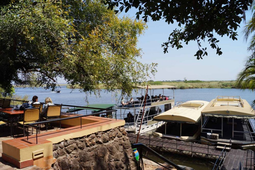 Boote der Chobe Safari Lodge